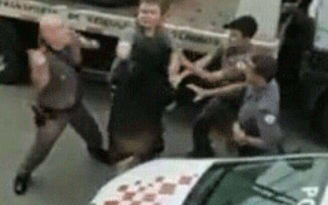 Policiais deram socos em duas mulheres durante a abordagem