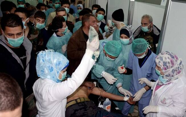 Sírio vítima de suposto ataque químico recebe tratamento em Khan al-Assal, de acordo com agência estatal (19/03)