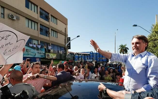 Bolsonaro saiu do veículo e se apoiou no capô para acenar aos moradores de Aragarças (GO)