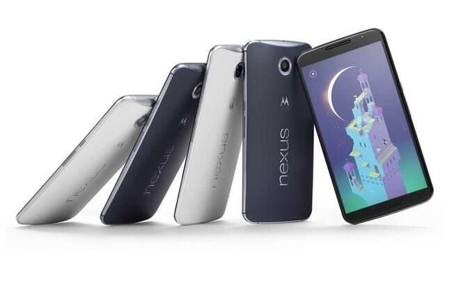 Feito em parceria com a Motorola, o Nexus 6 tem tela Quad HD de seis polegadas, processador Snapdragon 805 quad-core 2.7 GHz e Adreno 420 GPU, bateria de 3220 mAh e câmera traseira de 13 megapixels