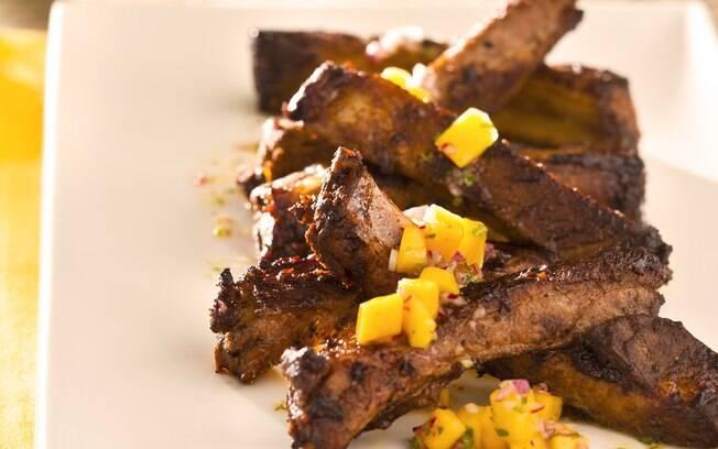 Vinagrete de manga acompanha bem carne de porco