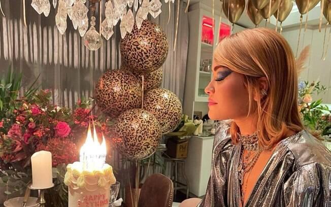 Cantora se desculpa por ter feito festa de aniversário em restaurante