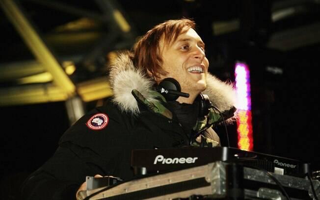 DJ David Guetta faz a multidão dançar na praia de Copacabana