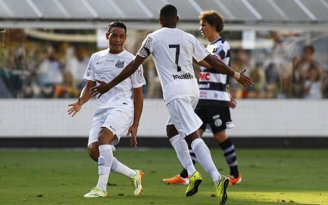 Robinho e Ricardo Oliveira comemoram gol do Santos sobre o XV de Piracicaba
