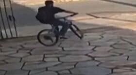 Ladrão religioso faz sinal da cruz antes de roubar bicicleta