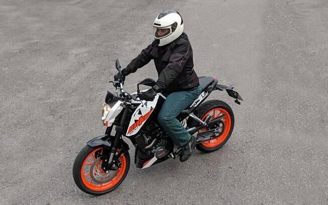 A KTM 200 Duke tem boa posição de pilotagem para uso urbano e esportivo