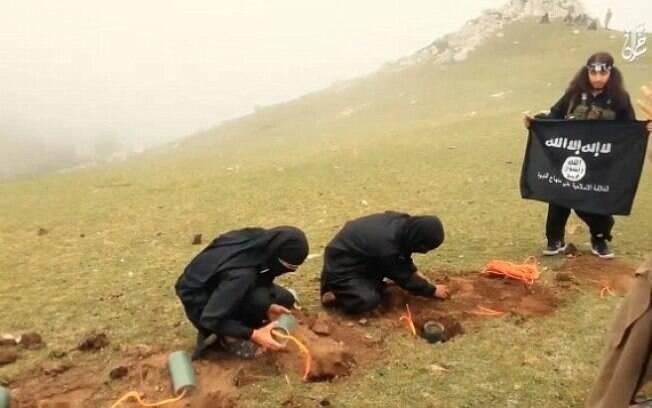 Homens são obrigados a ficar de joelhos em um campo onde estão enterradas as bombas. Foto: Reprodução/Estado Islâmico