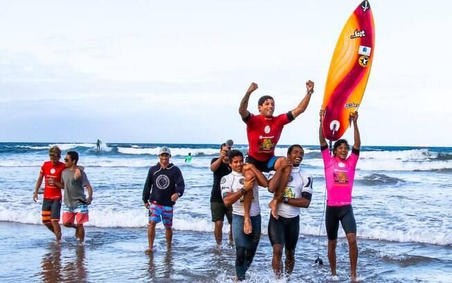 Alex Ribeiro disputou o circuito mundial de surfe em 2016