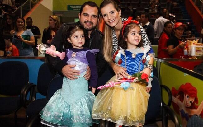 Luciano e Flávia Fonseca com as gêmeas Isabela e Helena