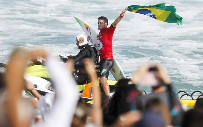 Mineirinho comemora ainda na água o título da etapa brasileira do Circuito Mundial de surfe
