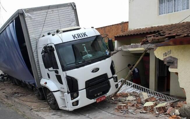 Caminhão sem freio derruba muro de casa na Vl. Aeroporto, em Campinas