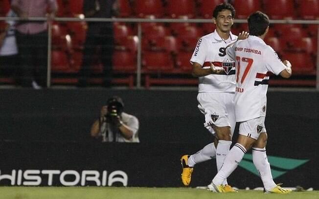 O meia Paulo Henrique Ganso é cumprimentado  por Oswaldo, após marcar o gol da vitória do São  Paulo