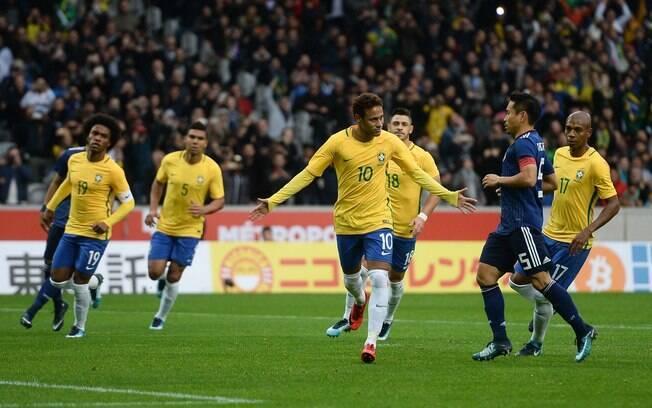 Neymar fez o primeiro gol do Brasil contra o Japão, batendo pênalti