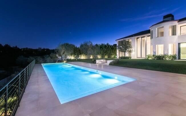 Como não poderia faltar, a antiga mansão de Kim Kardashian e Kanye West tem uma enorme piscina no quintal