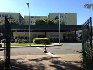 Hospital Universitário da USP reduziu leitos de UTI e pacientes em estado grave acabam atendidos na emergência