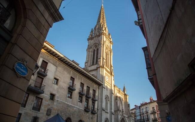Segundo a Bilbao Turismo, a Catedral Basílica de Santiago, em Casco Viejo, homenageia o padroeiro da cidade