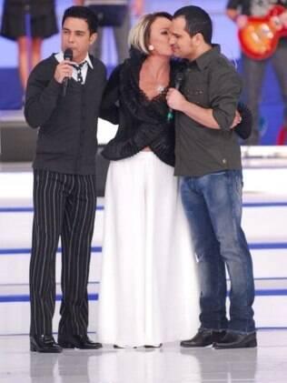 Ana Maria Braga, Zezé di Camargo e Luciano durante o especial de 10 anos do Mais Você, em 2009