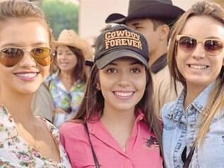Apaixonada por cavalos, Carolina Umbelino (ao centro) participa da Cavalgada de São Jorge há 15 anos. Nesta edição, ela posa com as amigas Bruna Câmara e Mariana Lasmar.
