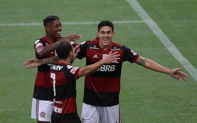 Flamengo joga bem e vence o Athletico Paranaense no Maracanã