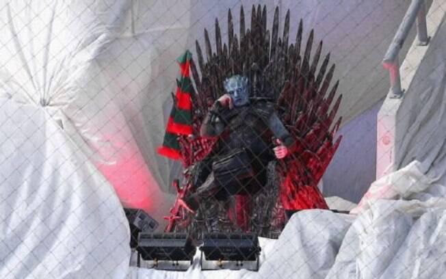 Homem vestido de Rei da Noite assistiu à partida do campeonato russo. Sites dizem que não era um torcedor e sim um ator de uma ação publicitária