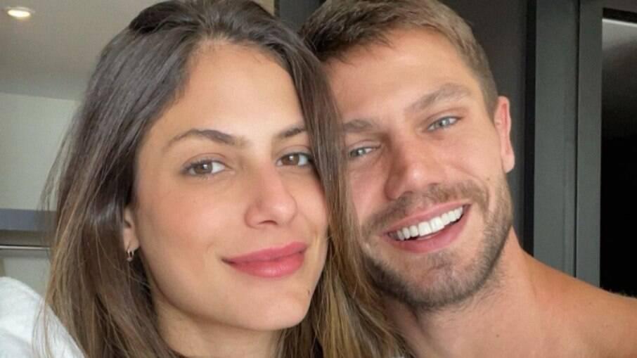 Mari Gonzalez e Jonas Sulzbach posam de roupão e recebem pedido inusitado