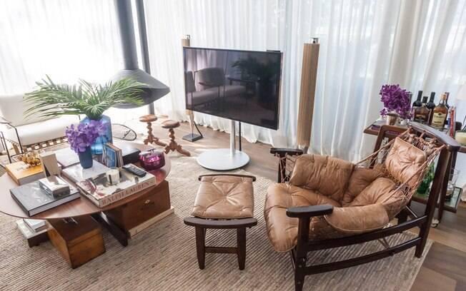 Os móveis confortáveis tratam de acomodar os visitantes da casa Flamboyant, assinada por Dado Castello Branco