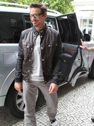 Robert Downey Jr. ao chegar no hotel Fasano, no Rio