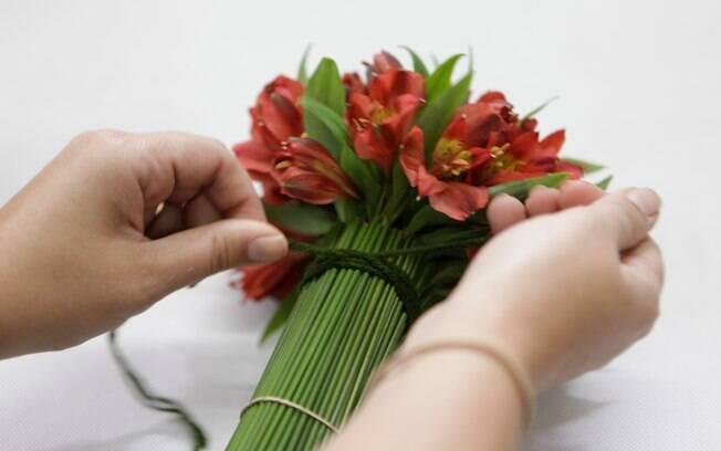 flores jardim guedala:Para deixar o arranjo mais firme, dê duas voltas com o barbante no
