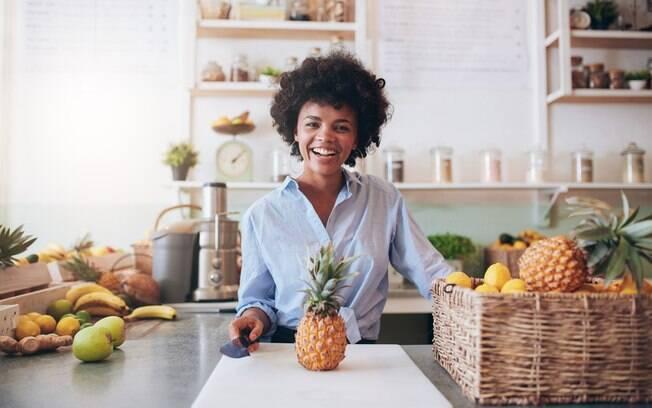 O abacaxi até ajuda na digestão, quando ingerido após uma refeição, mas a dica de como emagrecer com a fruta é