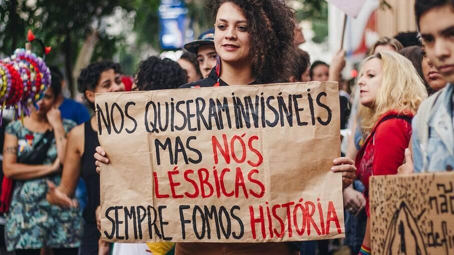 Invisibilidade lésbica deve ser combatida por toda comunidade LGBTQIAP+ e também por pessoas héterossexuais