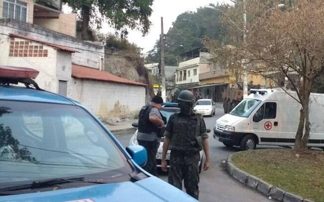 Agentes da PM e das Forças Armadas atuam em parceria em operação em Niterói, no Rio de Janeiro