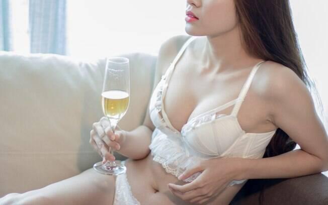Garota pensa em explorar sua sexualidade e ganhar dinheiro leiloando a virgindade, já que não tem tempo para namorar