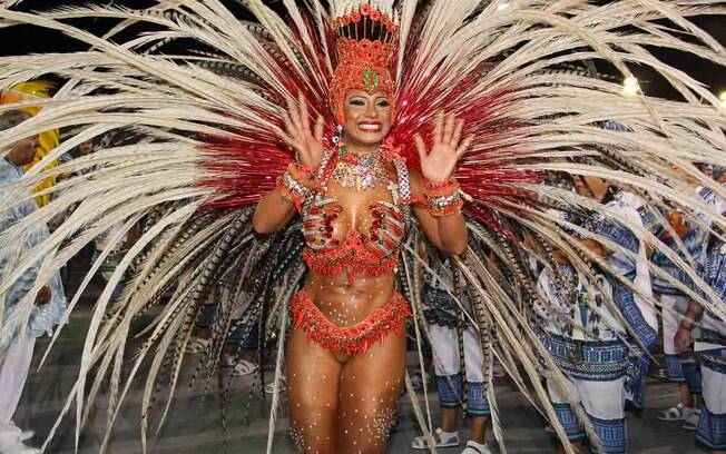Cinthia Santos, madrinha de bateria da Águias de Ouro, desfilou com fantasia de R$ 70 mil
