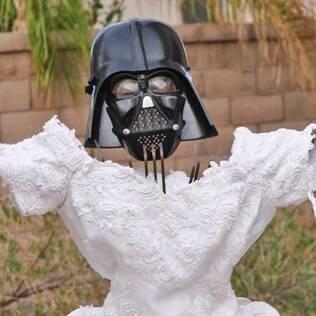 Máscara do Darth Vader ajudou na caracterização de espantalho de vestido