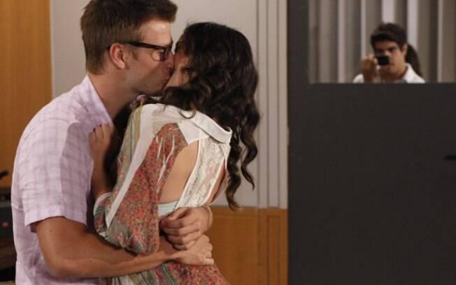 Antenor pega os dois se beijando na sala de aula