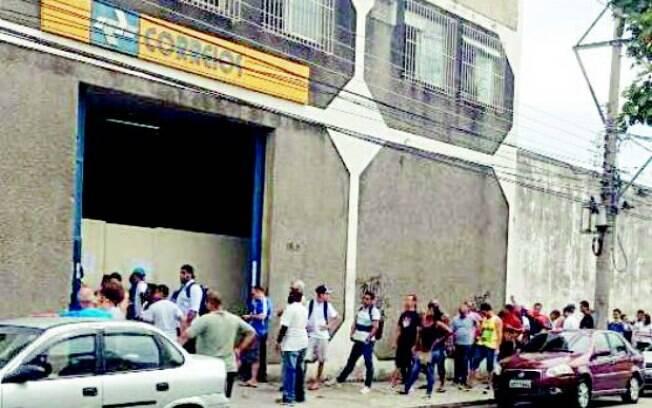 Moradores de Nova Iguaçu fazem fila em agência dos Correios para retirar encomendas