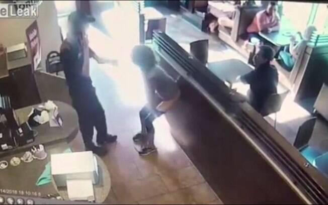 A mulher ainda pegou as fezes do chão e arremessou em direção do funcionário que a impediu de ir ao banheiro