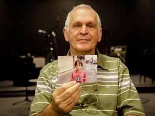 Silvio segura uma foto do filho, Rafael, de 9 anos: dificuldades de concentração