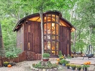 Imponente Estrutura toda revelada da casa é unida por meio de cravos de madeira em uma exibição incrível de carpintaria feita à mão