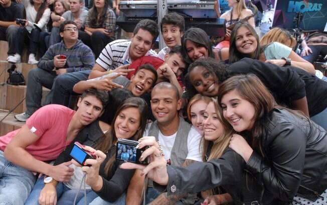 Felipe Melo é assediado por fãs durante  gravação do
