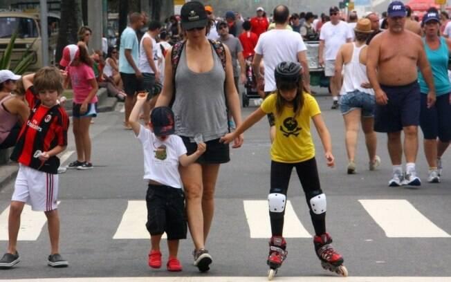 Maria Paula passeia com os filhos pelo Leblon