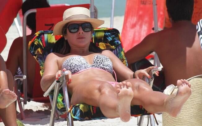 Mirella Santos: relax na praia
