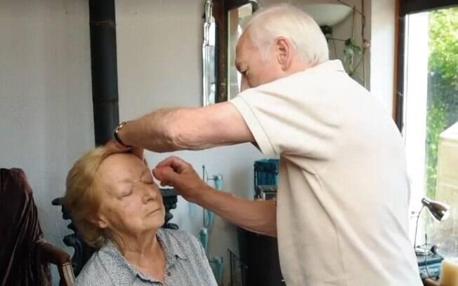 O casal de idosos está chamando atenção nas redes depois que o marido aprendeu a fazer a maquiagem da esposa