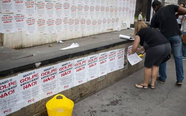Grupo pró PT faz colagem de lambes-lambes na avenida onde haverá ato anti-Dilma, no sábado