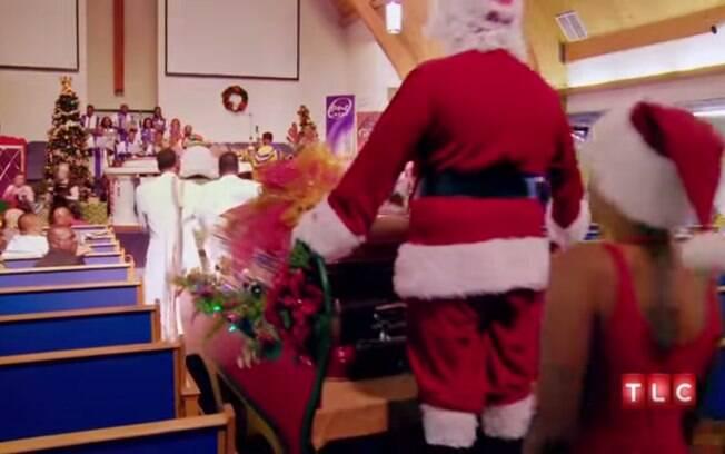 Tema natalino, EUA: um texano que adorava a festa de Natal foi homenageado por sua família no velório, em 2013. Foto: Reprodução/Youtube