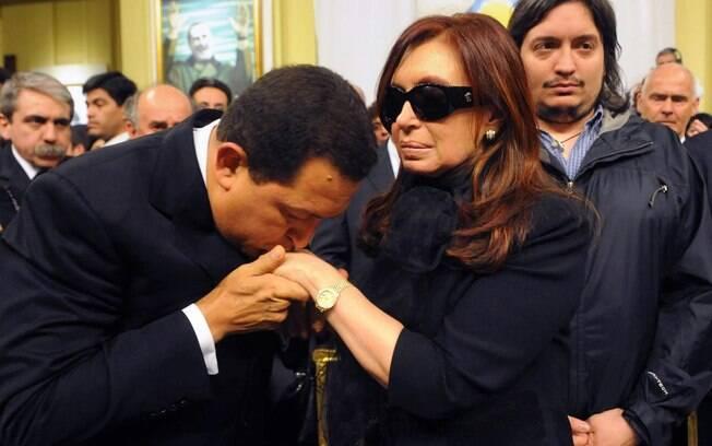 Chávez cumprimenta Cristina Kirchner durante velório de Néstor Kirchner em outubro de 2010