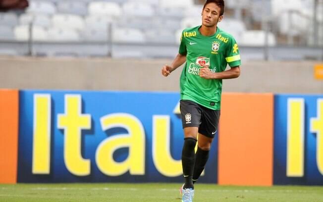 Neymar se movimenta no gramado do Mineirão,  onde a seleção realizou seu único treino antes do  jogo contra o Chile