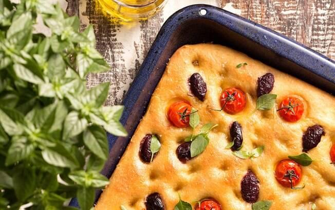 A focaccia de azeitonas pretas, tomates-cereja e manjericão pode fechar o dia das mães com chave de ouro!