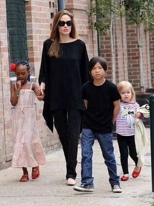 A atriz e os filhos saem em busca de guloseimas e jornal em Nova Orleans