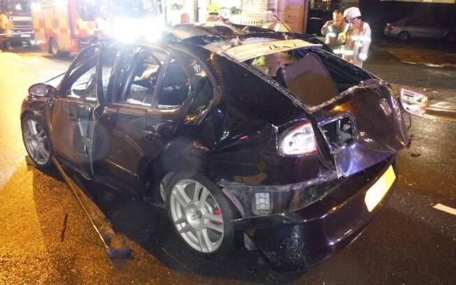 Veículo ficou completamente destruído após a explosão